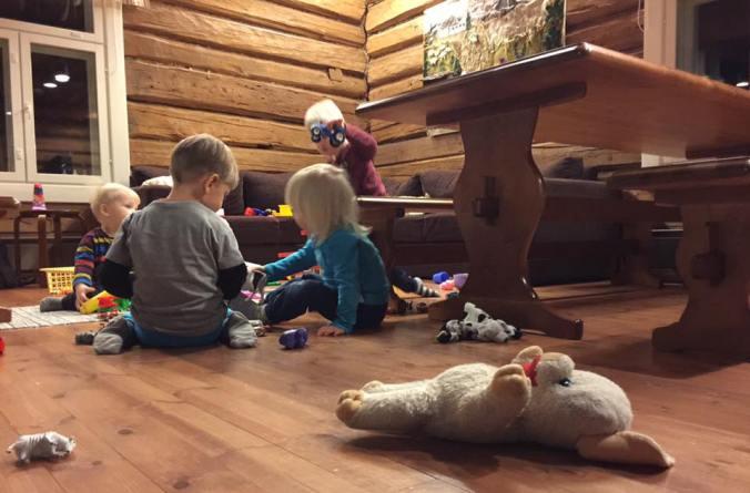 Perhekahvilan leikkeihin sai tuoda mukanaan oman lelun, pehmolelun tai muun tärkeän esineen. Kuvaaja Hanna Laitinen